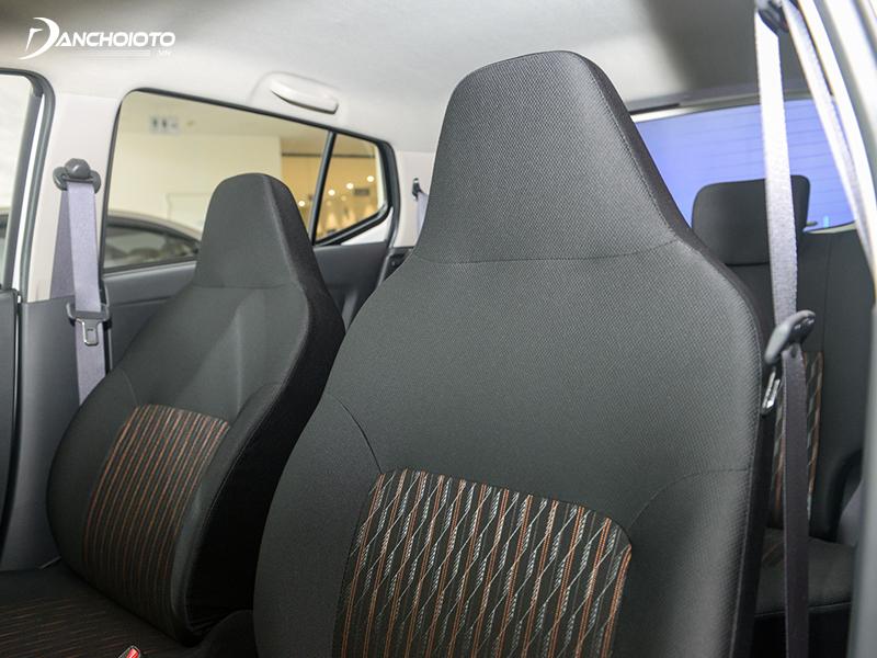 Hàng ghế trước Toyota Wigo 2020 có tựa đầu liền mạch với lưng ghế hơi khó chịu nếu ngồi lâu