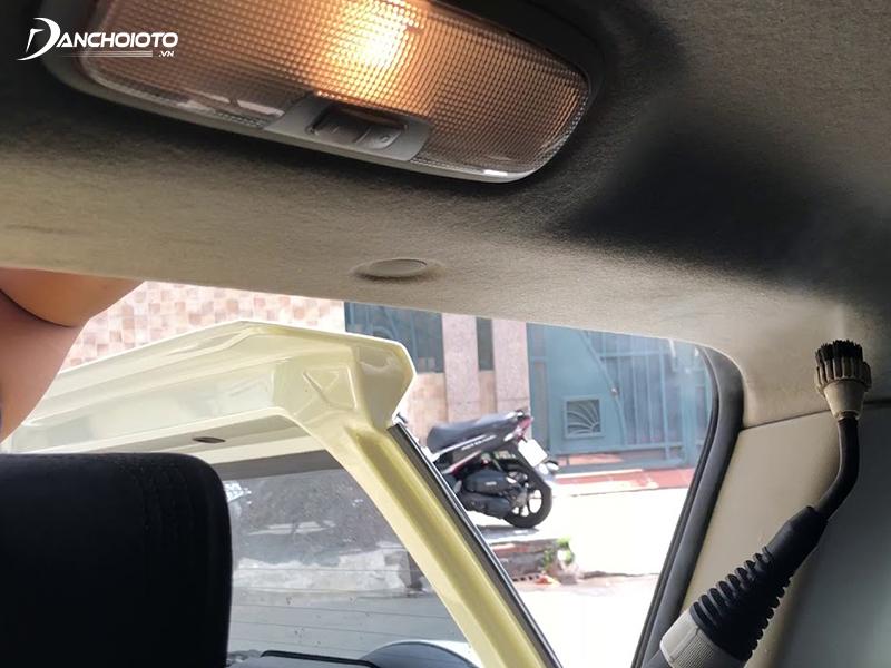 Bụi bám trần xe ô tô lâu ngày không chỉ gây bẩn trần mà còn ảnh hưởng đến sức khoẻ