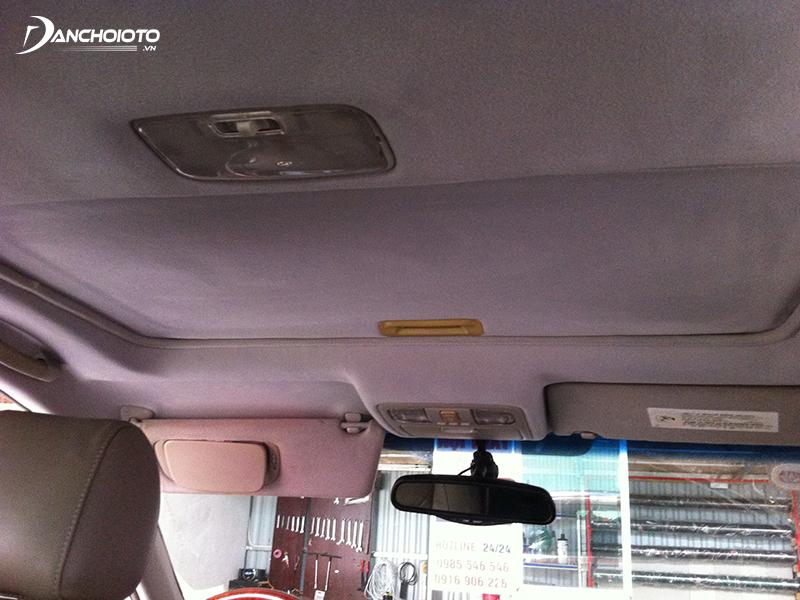Trần nỉ rất dễ bám mùi, gây mùi khó chịu trong xe