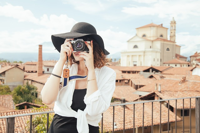 travel-woman-with-camera-pixy