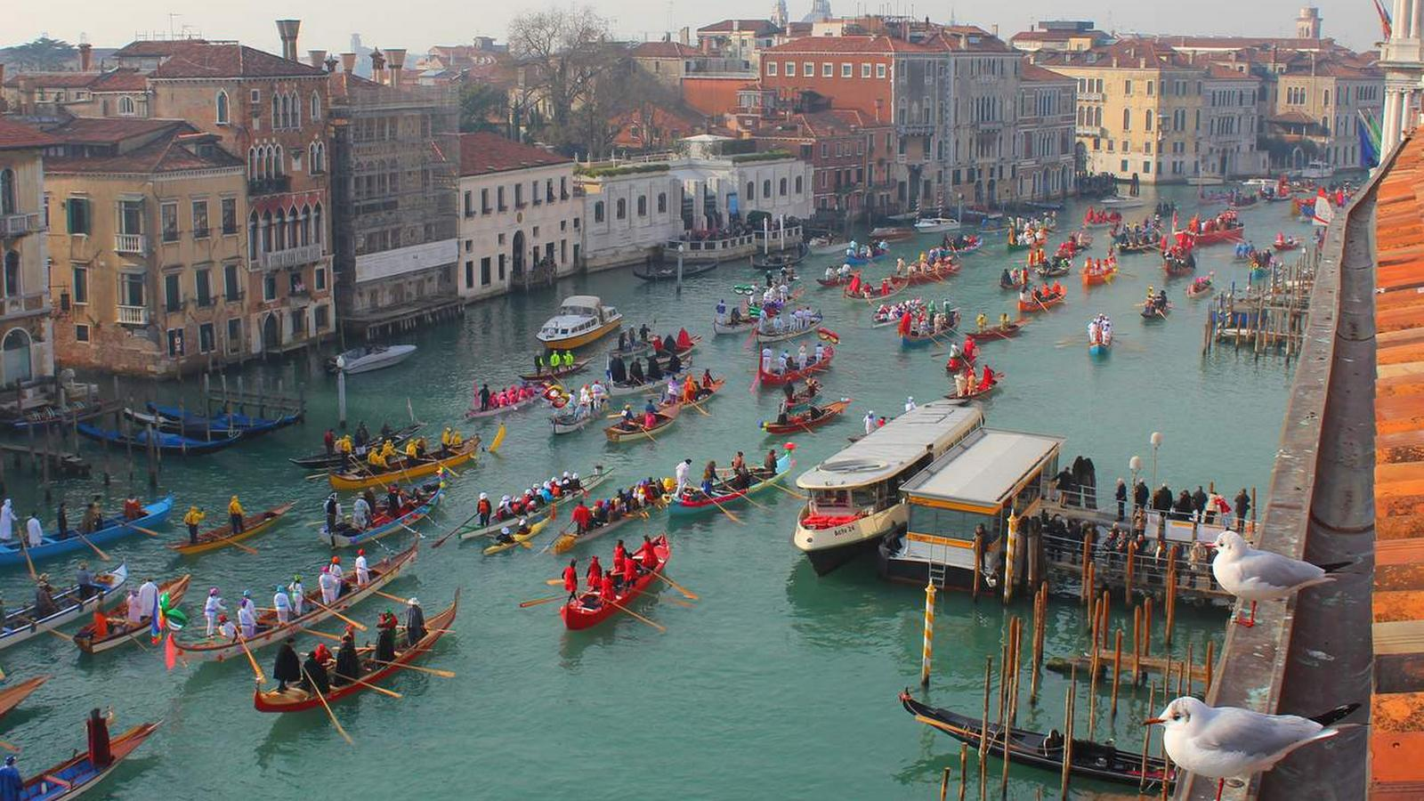 carnival-procession-venice-gritti-palace