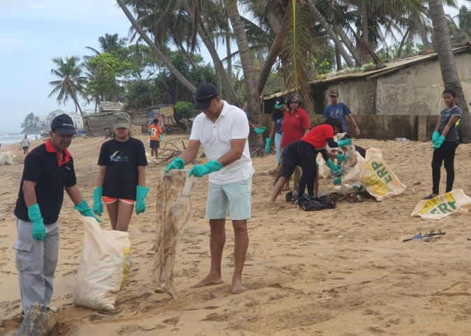 "DFCC Bank employees celebrate ""The World Clean up Day"" with a Beach cleanup campaign 2"
