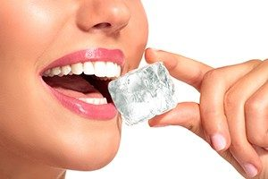 bahaya minum es saat haid