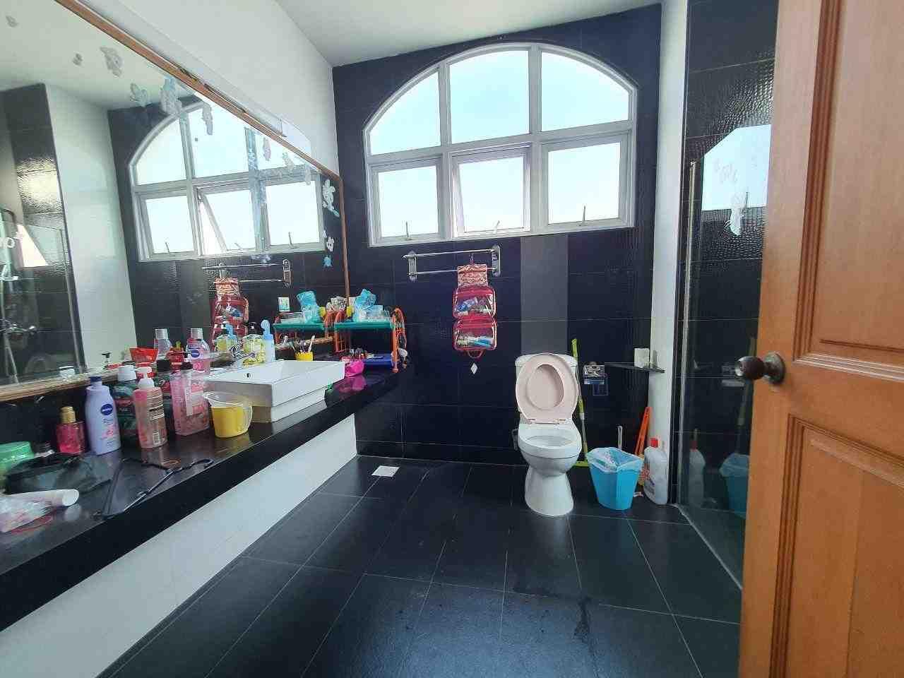 2nd floor master bedroom toilet