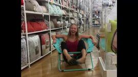 Cười té ghế ở đời thực