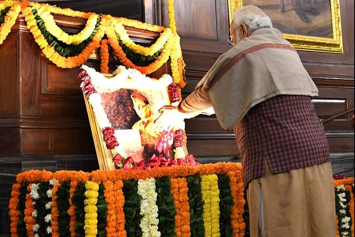 pm pays tributes to netaji subhas