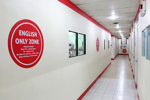 明亮的教室走廊-CELC 語言學校
