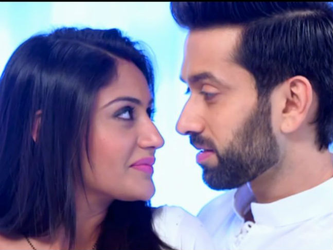 Watch: Nakuul Mehta and Surbhi Chandna celebrate success of 650