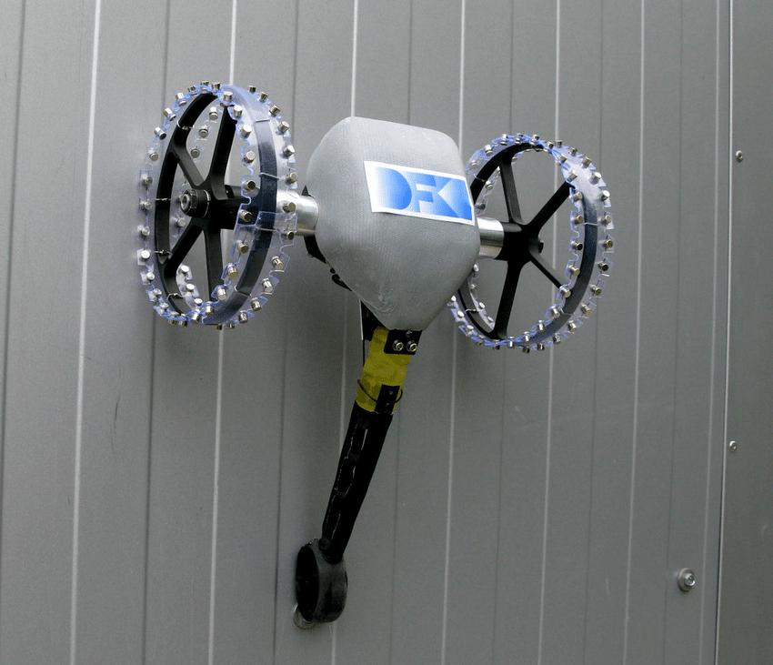 Robot leo tường dùng cơ cấu hút nam châm điện
