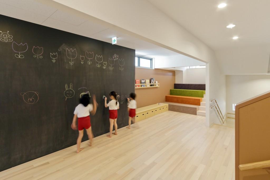 5563f830e58eced22f00007b_ob-kindergarten-and-nursery-hibinosekkei-youji-no-shiro_khb312_d_73203-6