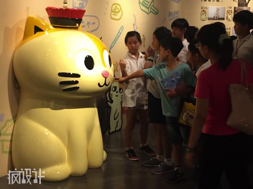 rsz_02圖說:插畫角色「皇阿瑪」的大型公仔深得小朋友們的愛戴,小朋友皆禁不住伸手逗貓!