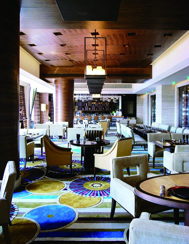 泛亞特色餐廳的地毯用色大膽而鮮明。
