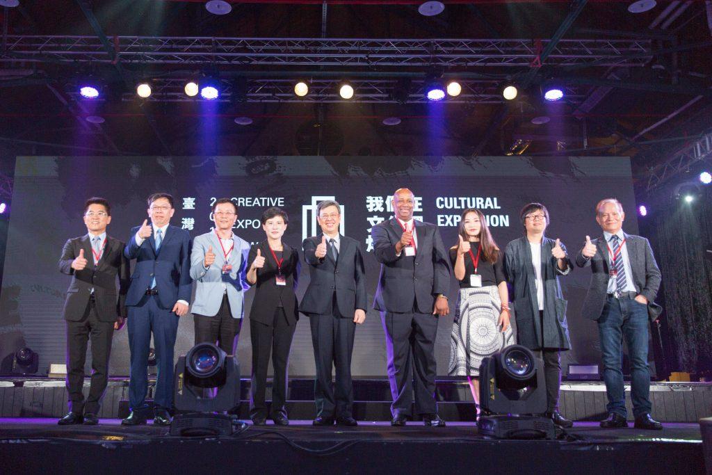 與會貴賓合影(由左至右:臺東縣長黃健庭、總統府副秘書長姚人多、故宮院長林正儀、文