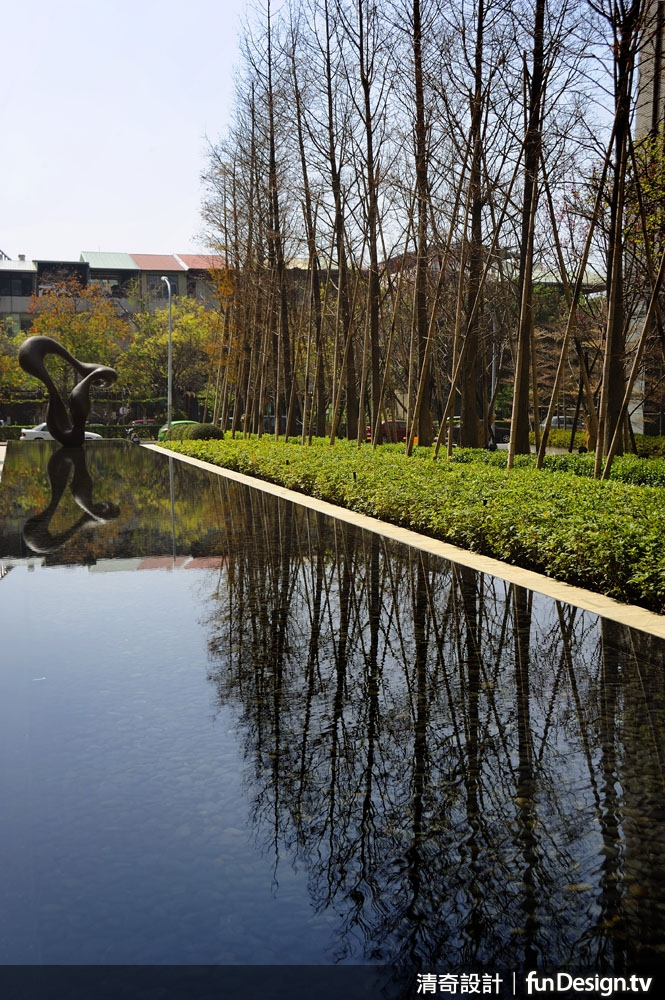 在「水鏡與燭」的自然物鏡像中,物體似真似幻,似有形也似無形。