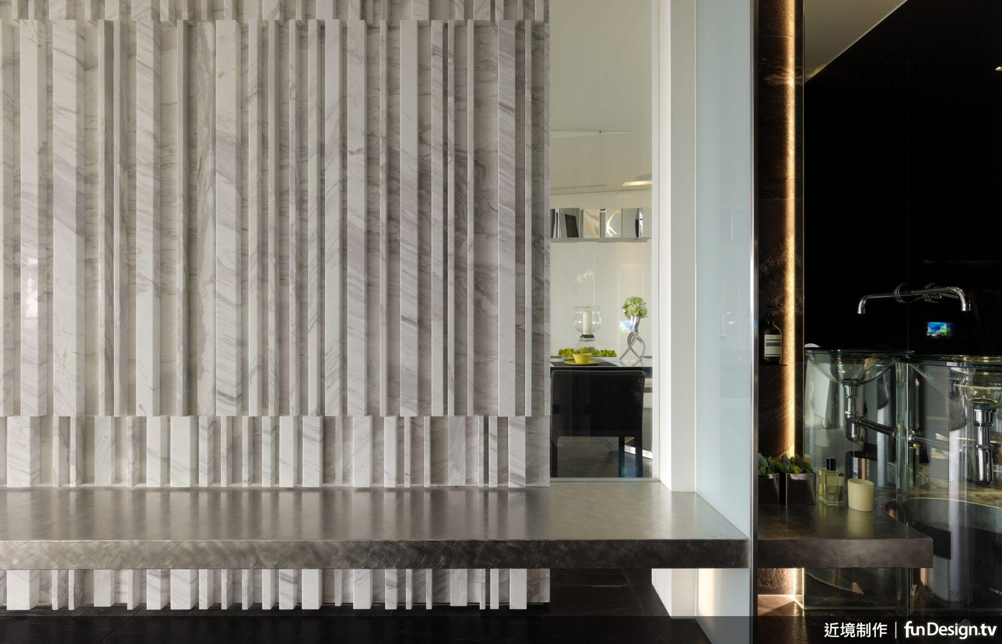 運用不同厚度的石板交錯搭配,唐忠漢總監讓石材看起來有織品般的視覺感受。