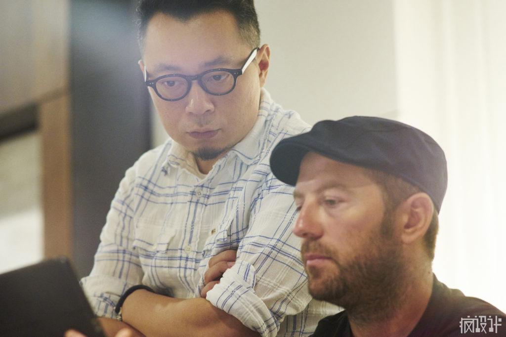 拉堤(右)向唐忠漢總監介紹自己設計的作品。