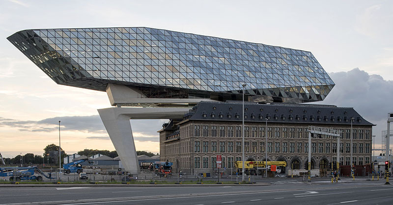 BEL, Belgien, Antwerpen, Neubau des Hafenhauses der Hafenverwaltung auf dem alten Hansa Haus, Architektur von Zaha Hadid 2016 | BEL, Belgium, Antwerp, Port House, new headquarter for Antwerp Port Authority built on top of the old Hansa House, architecture by Zaha Hadid 2016
