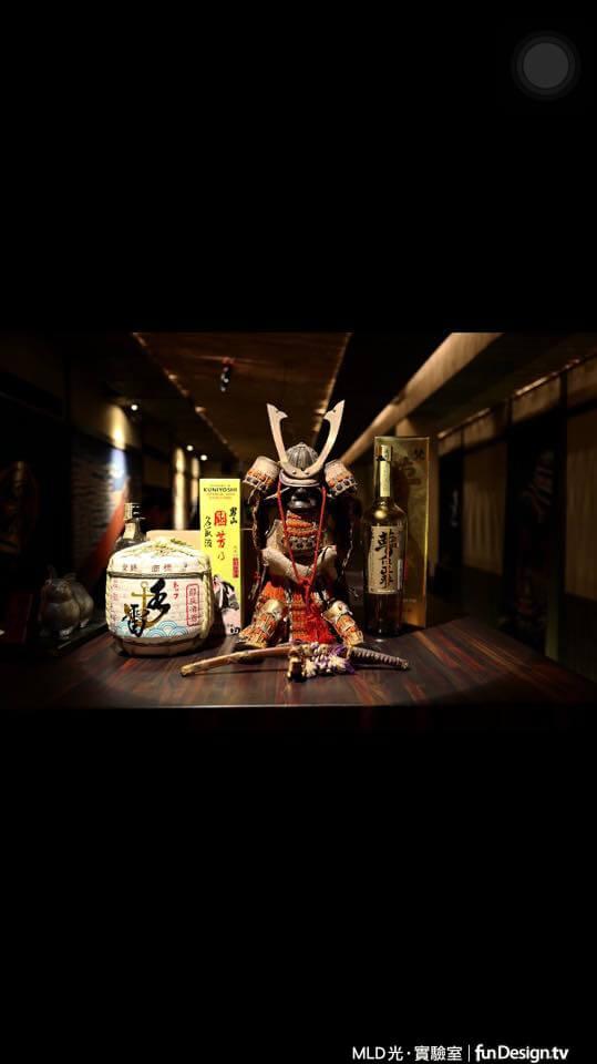 日式餐廳風格,武將擺飾與清酒,聚光燈般的照明效果,營造有如劇場的氛圍。