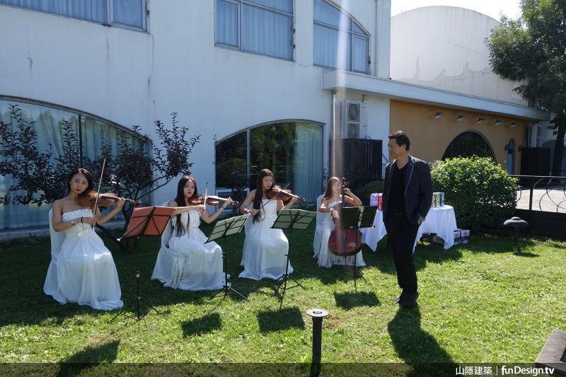 節目開機儀式現場請來音樂家演奏,充滿藝術氣氛。