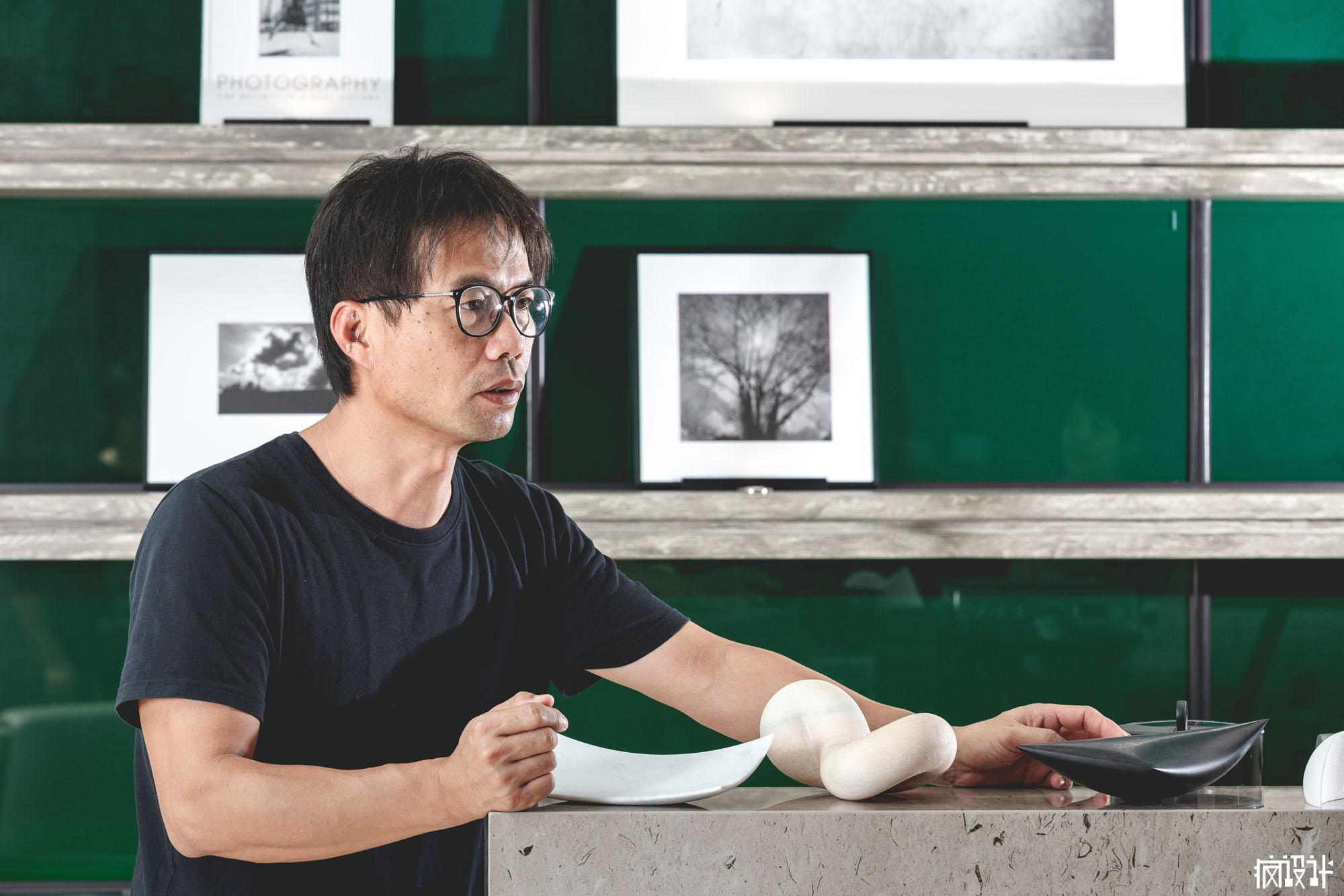 余宗杰老師帶來縮小版的作品,並解說創作意涵。