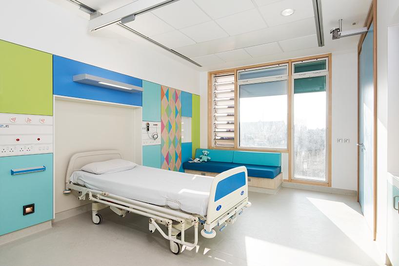 morag-myerscough-sheffield-childrens-hospital-bedrooms-designboom-06