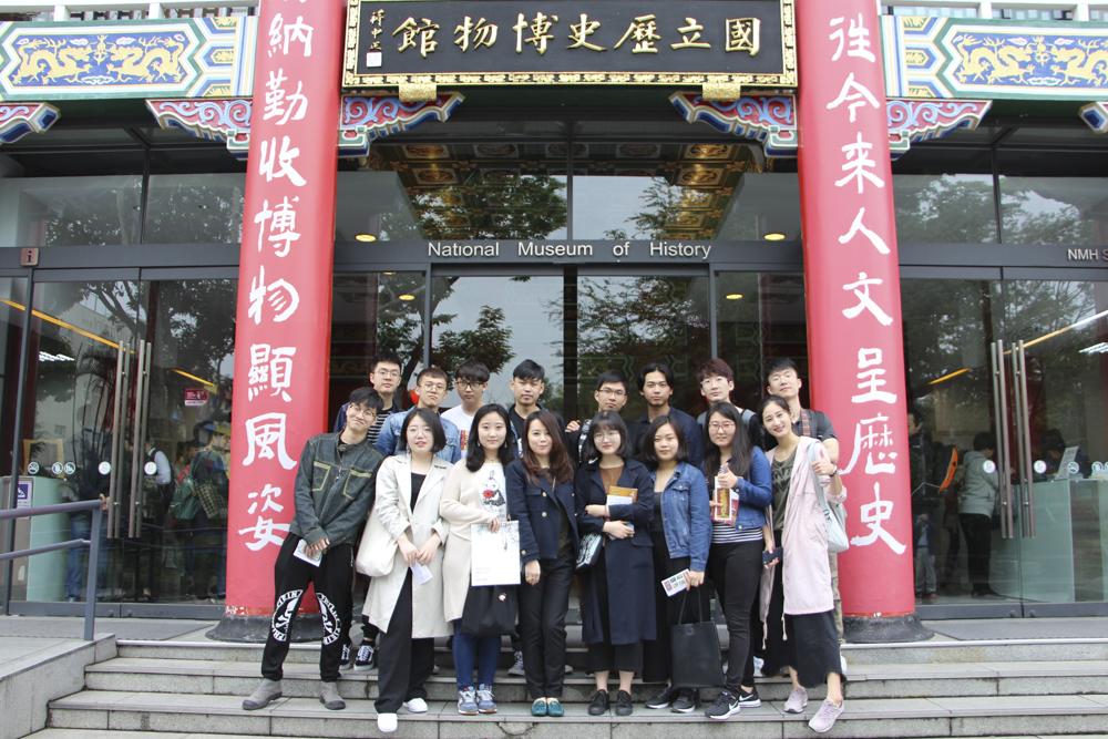 北京中央美術學院陳設藝術工作室的師生們於史博館前合影紀念。圖/瘋設計攝。