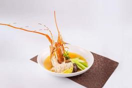 Braised Rice Vermicelli with Local Lobster and Leek in Superior Broth 上汤蒜子本地龙虾焖米粉