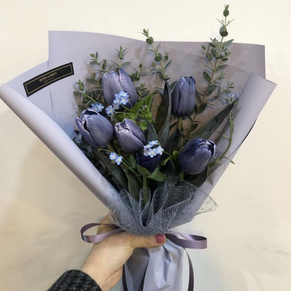 紫色鬱金香的花語就是「這一生沒有遺憾的愛」、「無盡的愛」
