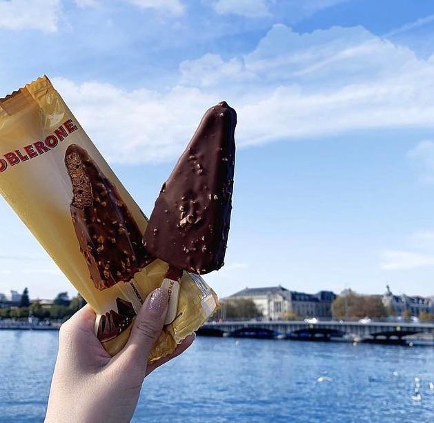 這款雪條是牛軋糖蜂蜜牛奶朱古力味,跟原味三角朱古力同出一轍,也保持著「山形」的經典造型