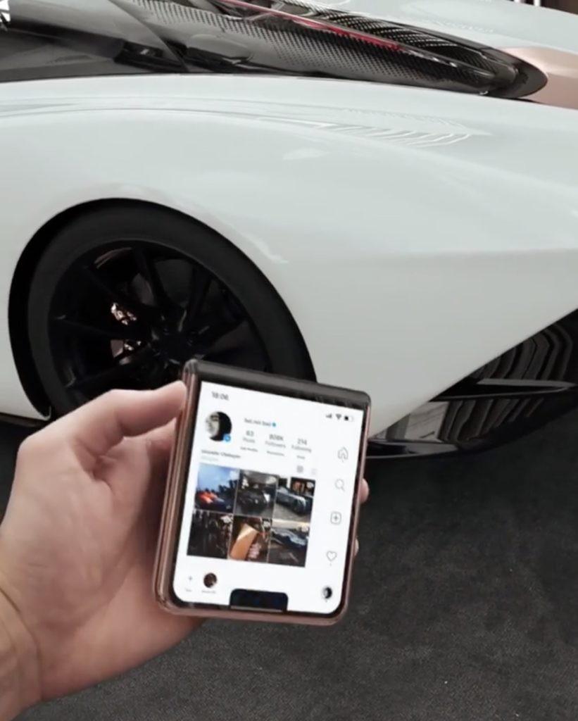 折疊式 iPhone 12 Flip解鎖「副螢幕」後,就會自動地彈開變回直版的手機!