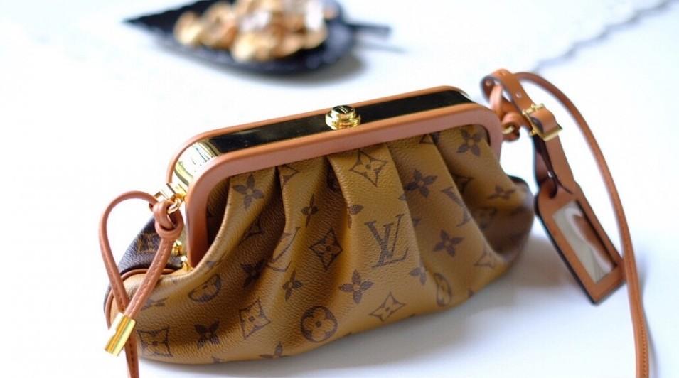 這次的手袋扣也是一大亮點,以皮革包邊,飾上超明顯的金屬復古包扣,大大提升手袋的貴氣華麗感。