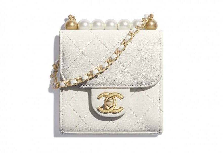 除了透明串系列的設計超有心思,還有這款珍珠小方包都一樣很亮眼,迷你小方包的珍珠看起來更大粒
