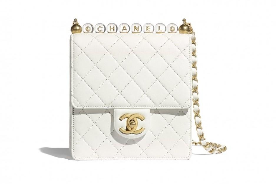 其實它是Chanel珍珠鏈包的升級版,把上方本身是仿珍珠設計的串珠改成了以透明亞克力珠打造而成。