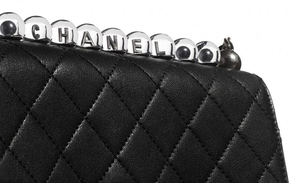 手袋不同之處就是為了要搭配銀色標誌性的雙C Logo,所以在透明珠裏的CHANEL字樣都是以銀色打造而成的!