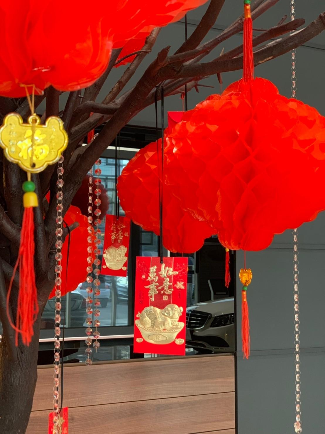 ไอเดียการจัดงานตรุษจีน ตกแต่งงานตรุษจีน รับจัดตกแต่งตามเทศกาล ตกแต่งโชว์รูม จัดตกแต่งร้าน ตกแต่งบริษัท ตกแต่งออฟฟิส ตกแต่งด้วยธีมงานสีแดง ต้อนรับตรุษจีน