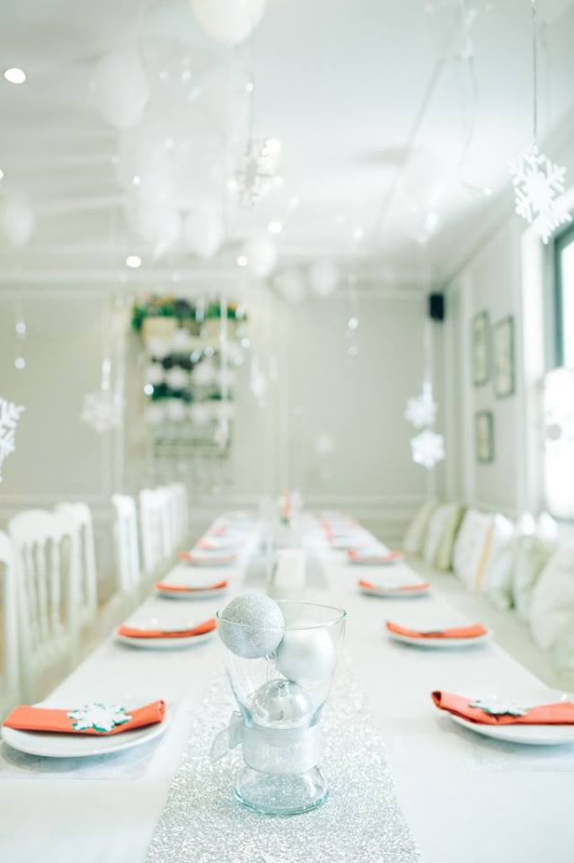 Winter Snow themed party ideas for your kids' next birthday including backdrop, balloons, party decoration, mascot and more fun stuffs!
