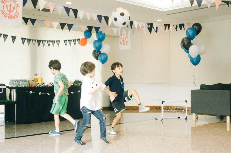 สำหรับเด็กๆที่ชื่นชอบกีฬาต้องจัดปาร์ตี้วันเกิดในธีมฟุตบอลเลย มีทั้งการตกแต่งงานให้เหมือนอยู่ในสนามฟุตบอล ทีมโปรด อาหาร ขนม เครื่องดื่ม เค้ก