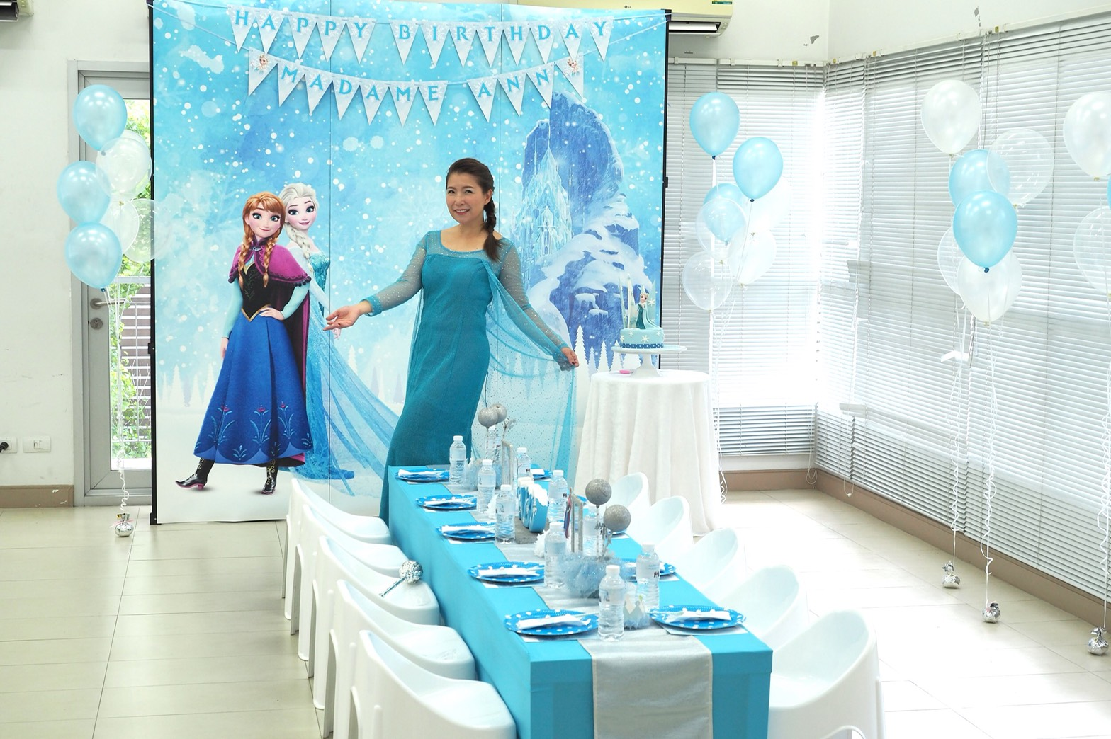 Elsa from Frozen Birthday party - cute princess themed party ideas for your girls' next birthday including backdrop, balloons, party decoration,princess mascot, games and more fun stuffs!