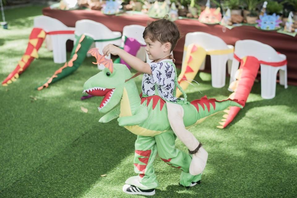 ปาร์ตี้วันเกิดน้องแมกซ์เวล ลูกชายคุณพ่อไมค์ พิรัช และคุณแม่ซาร่า ในธีมไดโนเสาร์ ฉลองบรรยากาศปาร์ตี้อบอุ่น งานตกแต่งน่ารักทั้งแบคดรอป โต๊ะที่นั่งเด็กๆ พร็อพหางไดโนเสาร์ โต๊ะเค้ก