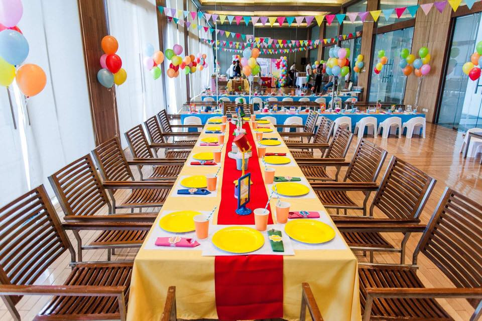 จัดฉลองงานวันเกิดในธีมสี Splash ให้ลูกของคุณ ตกแต่งงานด้วยแบคดรอป ลูกโป่ง พร็อพถ่ายรูป จัดโต๊ะทานอาหาร กิจกรรมในงานปาร์ตี้สนุกๆมากมาย
