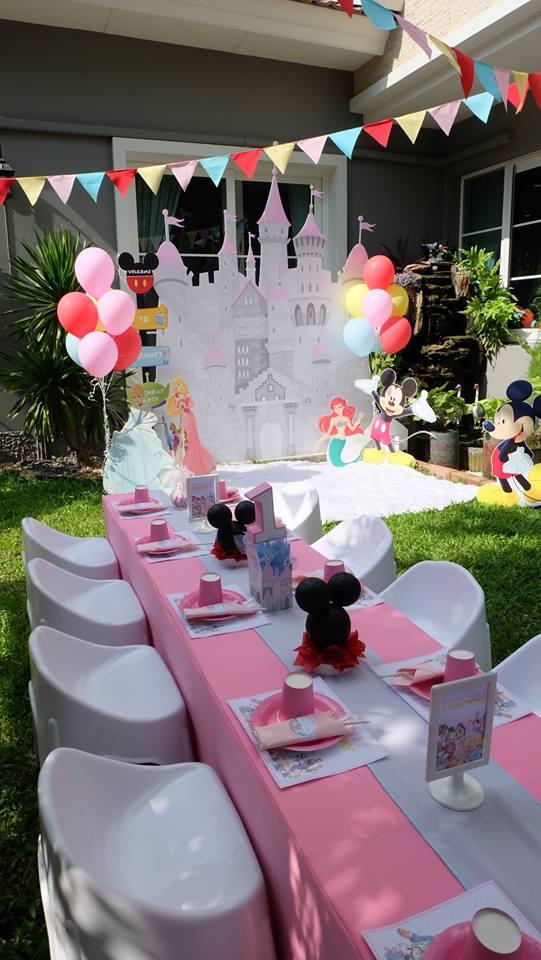น่ารักสุดๆ กับในปาร์ตี้ธีมดิสนีย์ เรื่องราวและตัวการ์ตูนสุดโปรดของเด็กๆ ตกแต่งให้เหมือนอยู่ในดิสนีย์แลนด์ ทั้งแบคดรอป โต๊ะเค้ก เค้กวันเกิด และขนมตามธีมงาน