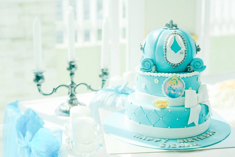 Cinderella birthday party - cute themed party ideas for your baby girls' next birthday including backdrop, balloons, party decoration, Cinderella mascot, games and more fun stuffs!