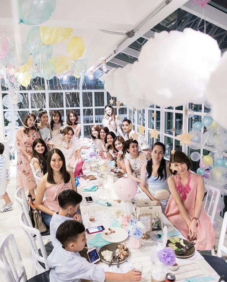 งาน Baby Shower คุณเป้ย ปานวาด กับธีมยูนิคอร์นสุดน่ารัก ถ่ายรูปสวยด้วยแบคดรอป ลูกโป่ง ตกแต่งโต๊ะทานอาหาร ให้บรรยากาศปาร์ตี้สุดๆ