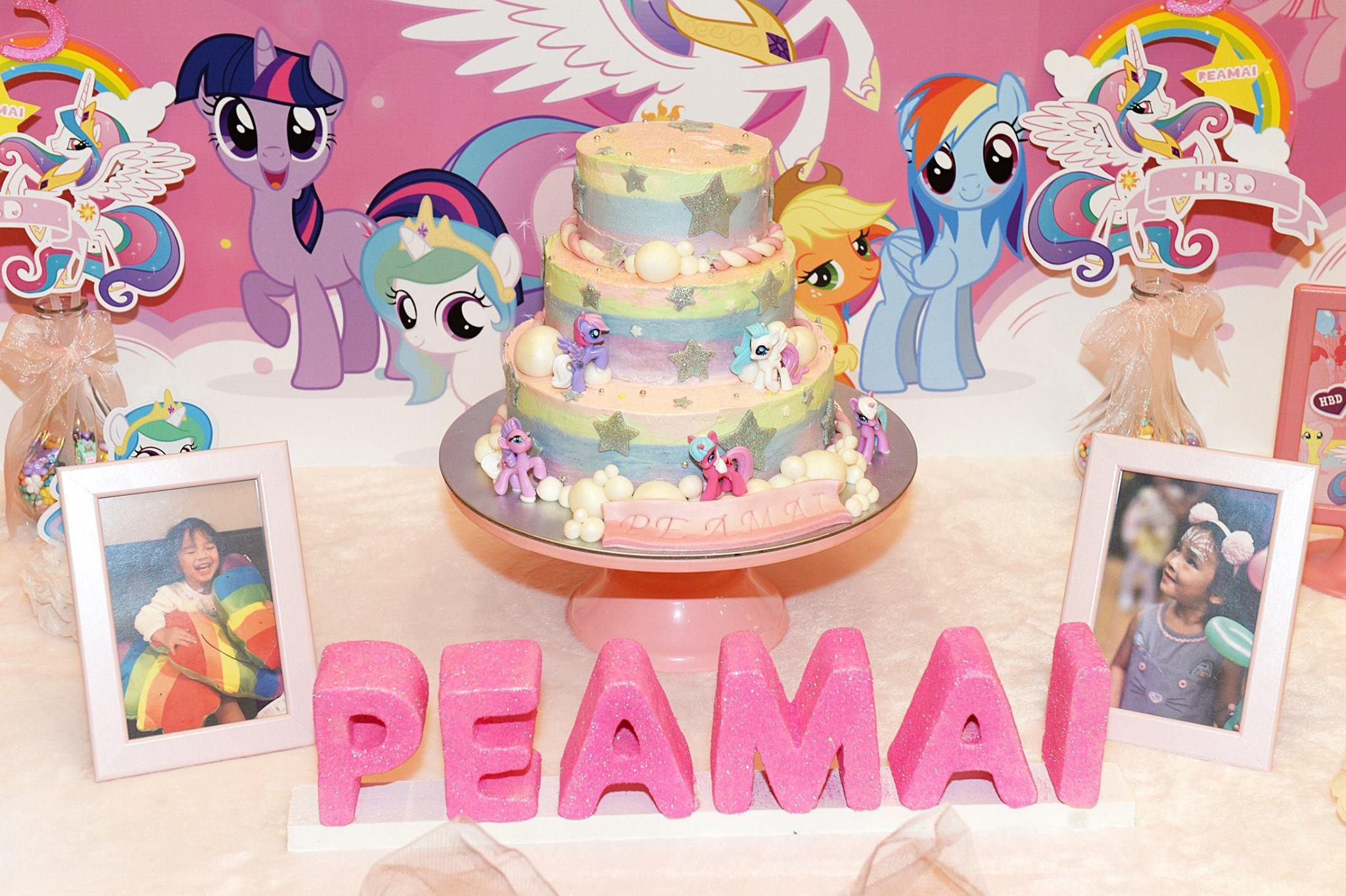 บรรยากาศงานวันเกิดน้องปีใหม่ ลูกสาวสุดน่ารักของคุณแม่แอฟ ทักษอร มาในธีม My Little Pony มีทั้งการตกแต่งงานตามธีม จัดลูกโป่ง ออกแบบแบคดรอป ตกแต่งโต๊ะเค้ก ให้งานน่ารักสุดๆ
