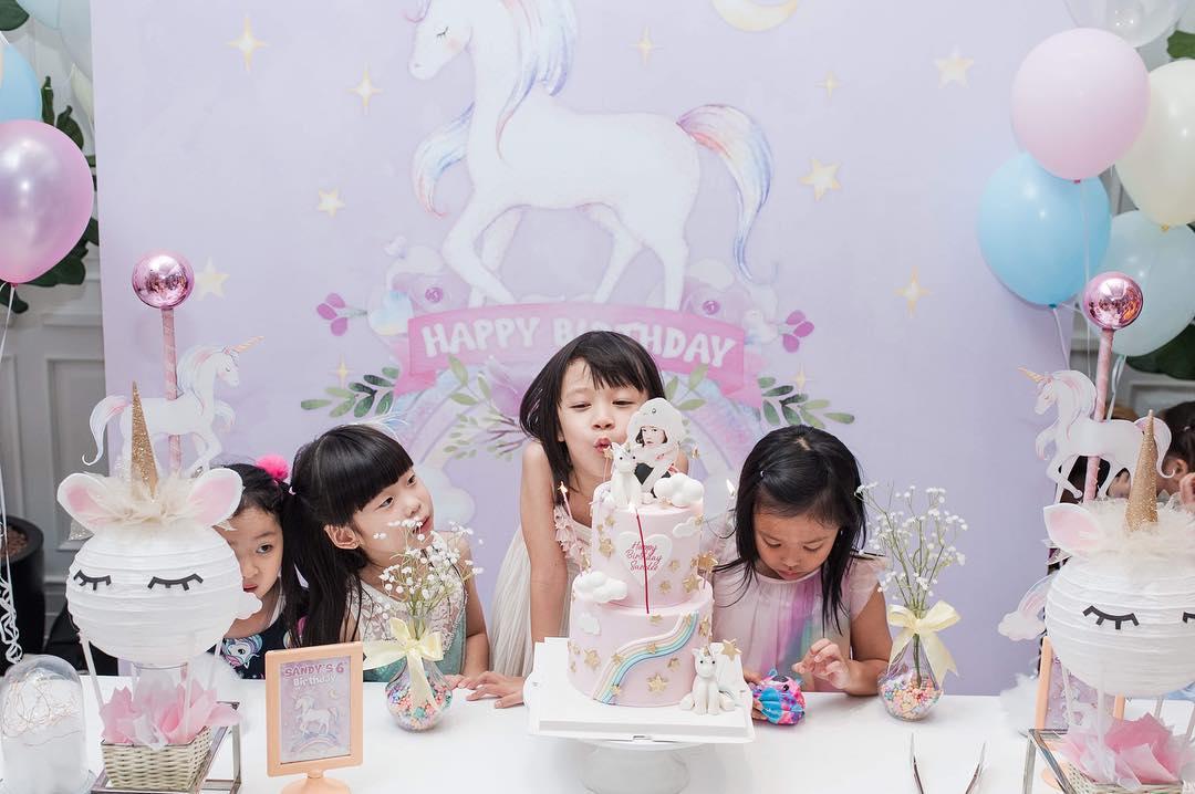 วันเกิดน้องแสนดีลูกสาวคุณโอ๋ ภัคจีรา ในปาร์ตี้งานธีมยูนิคอร์น จัดตกแต่งปาร์ตี้วันเกิดสุดน่ารัก อาหารและขนมเก๋ไก๋ตามธีมงาน เค้กวันเกิดอร่อยและน่ารัก พร้อมด้วยกิจกรรมให้เด็กๆสนุกอย่างเต็มที่