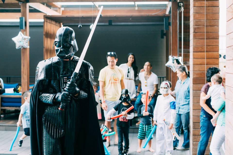 จัดปาร์ตี้สุดเท่ในธีมวันเกิด Star Wars ไอเดียการจัดงานวันเกิดให้ลูก จัดปาร์ตี้ให้เด็กๆ ตกแต่งงานด้วยแบคดรอป ลูกโป่ง พร้อมเกมส์สนุกๆ มาสคอต พินยาต้า