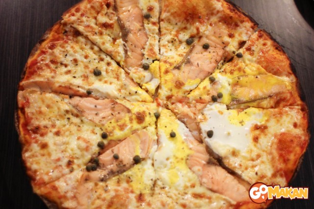 Salmon & Egg pizza, Uno Pizza