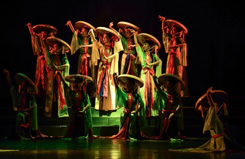 Artists performing Nha nhac