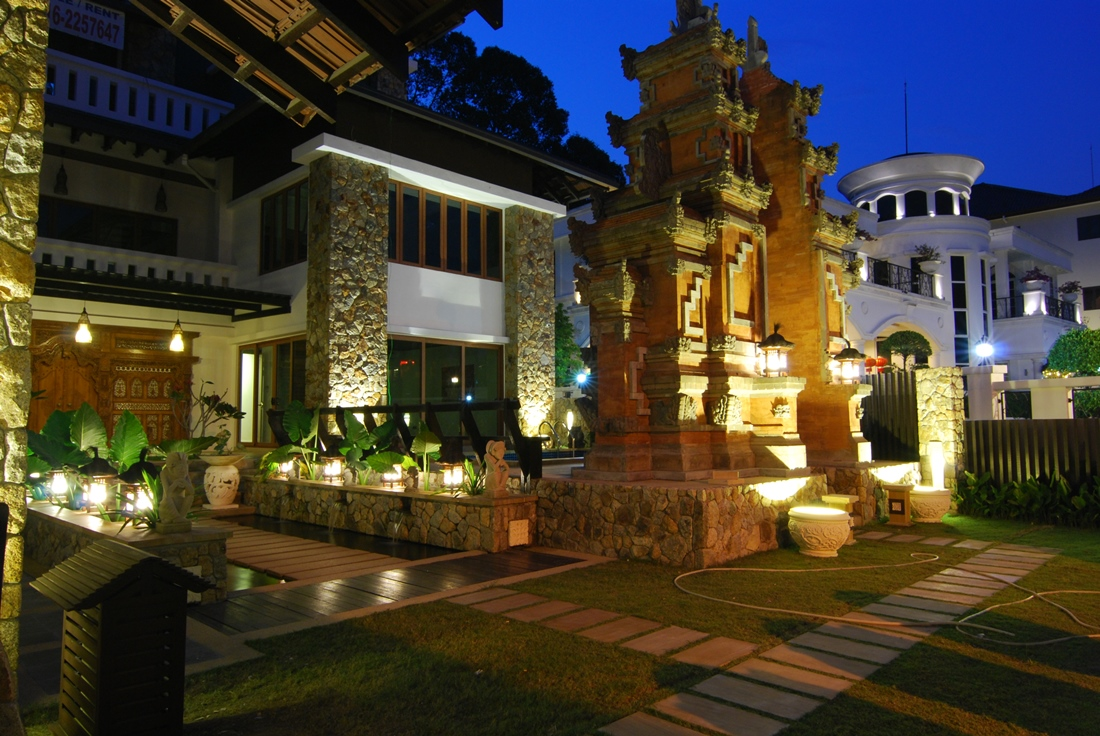 Intriguing mix of modern and traditional in the Lotus Villa - ^