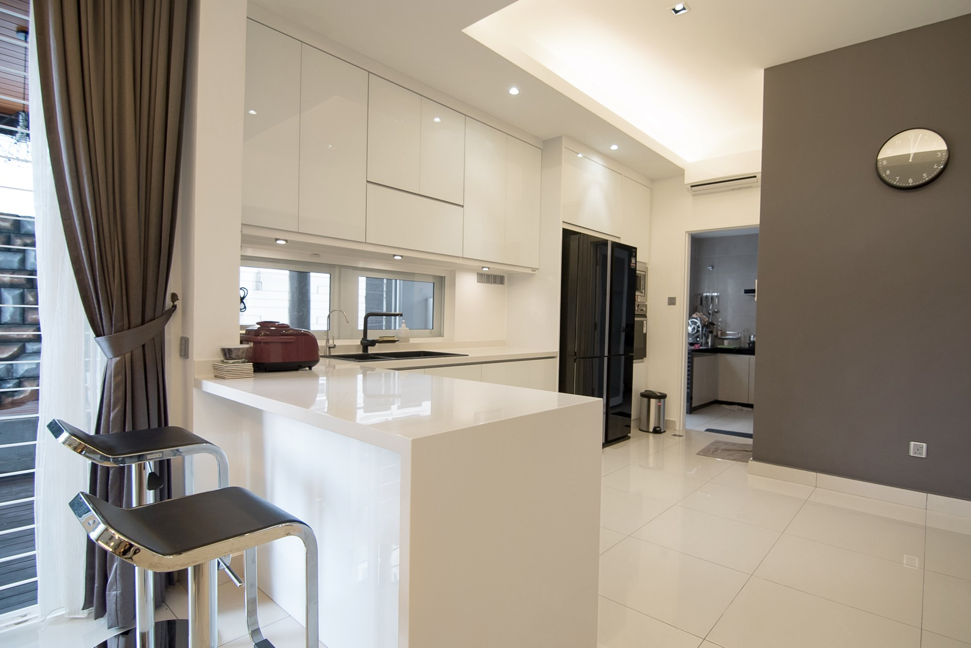 Dry Kitchen Interior Design Nu Infinity Combined White Gloss Cabinets With A Black Refrigerator Faucet And Sink